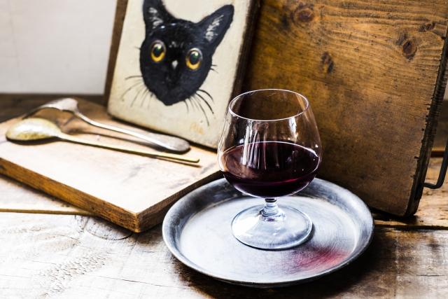 赤ワインと猫のイラストが入ったオブジェクトの画像